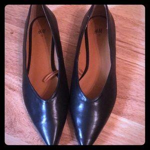 H&M black flats size 7 GUC 💕❤️